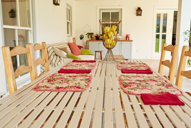 Tavolo da pranzo sul portico di una casa comoda del paese fotografia stock