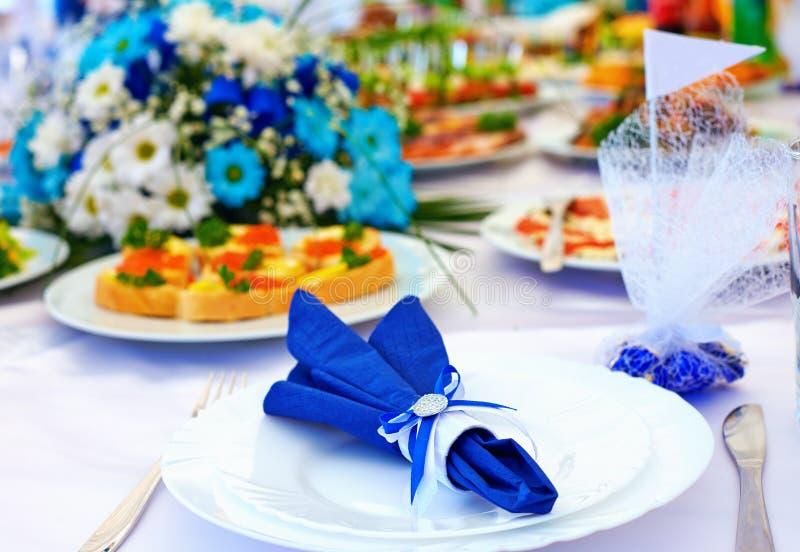 Tavolo luminoso di ricchezza nei colori bianchi e blu immagini stock libere da diritti