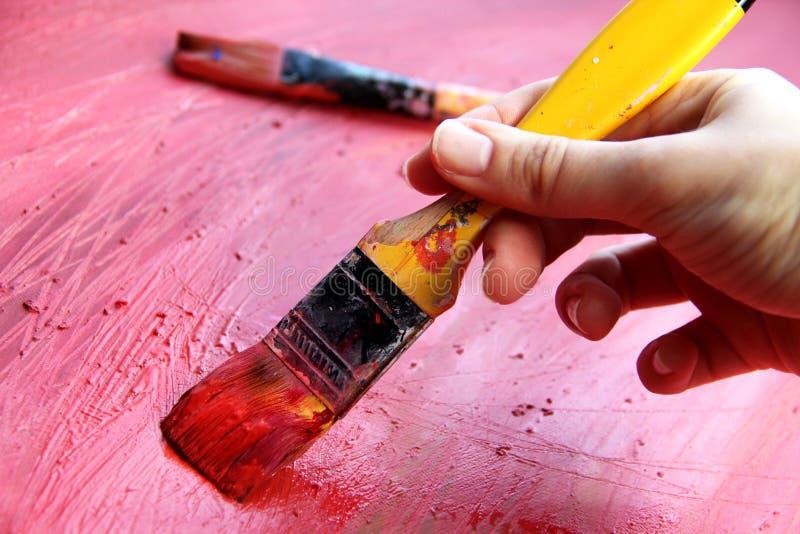 Tavolozza di arte con i pennelli ed i colpi immagine stock libera da diritti