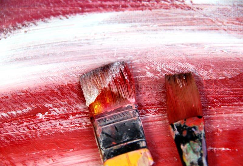 Tavolozza di arte con i pennelli ed i colpi fotografie stock