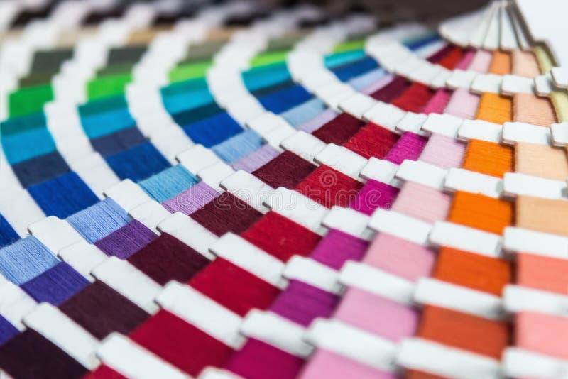 Tavolozza di colore dei fili del tessuto Fondo fotografia stock