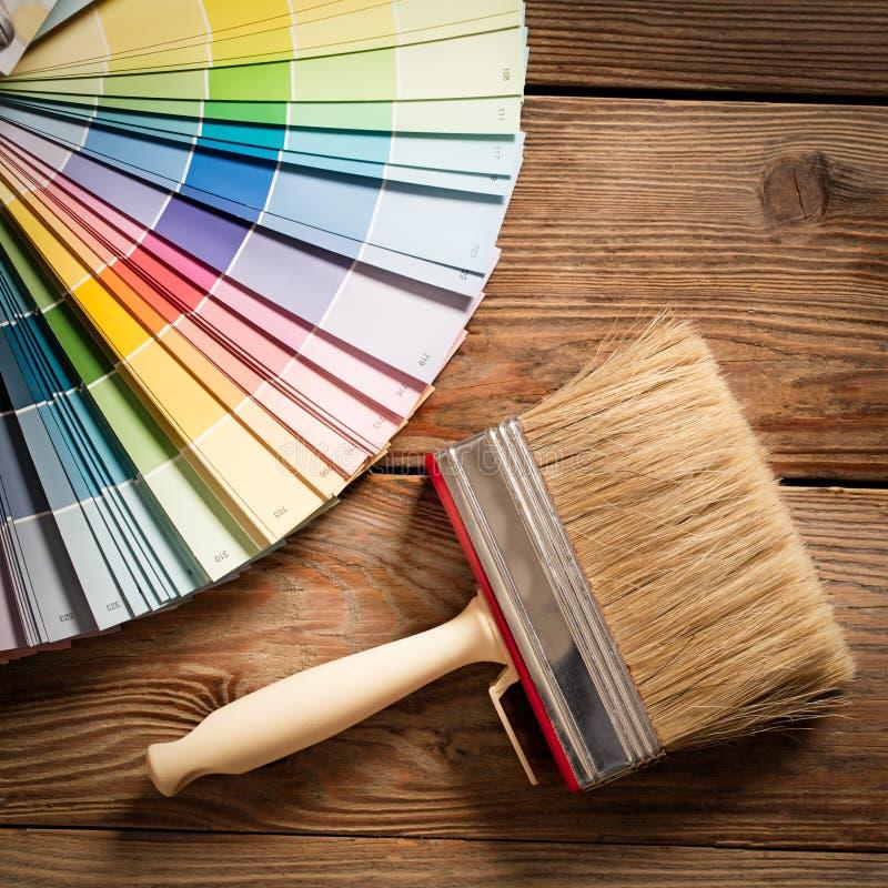 Tavolozza di colore e una spazzola immagini stock