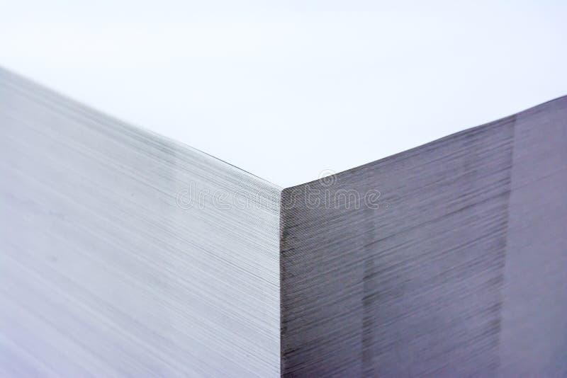 Tavolozza industriale ad alto contrasto Storag di formato della pila di carta grande fotografia stock libera da diritti