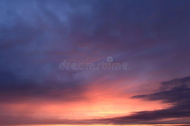 Tavolozza luminosa dei colori del cielo crepato al tramonto immagini stock libere da diritti