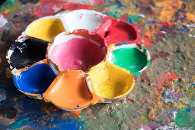 Tavolozza utilizzata di arte sul fondo misto astratto di colore fotografie stock