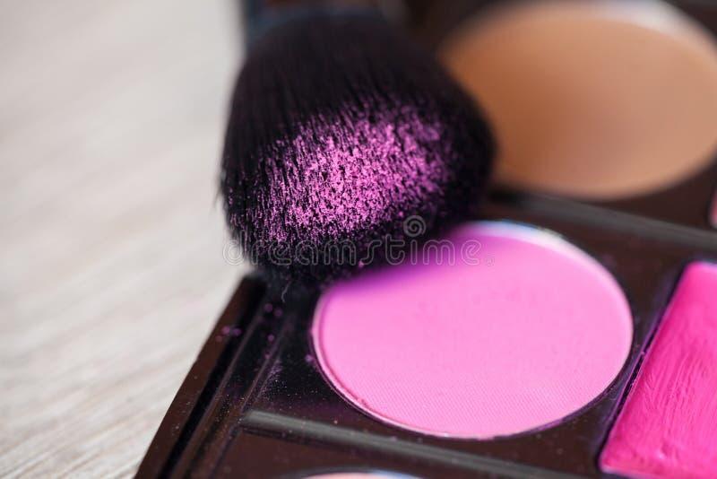 Tavolozza variopinta di trucco con la spazzola di trucco, filtro colorato fotografie stock libere da diritti