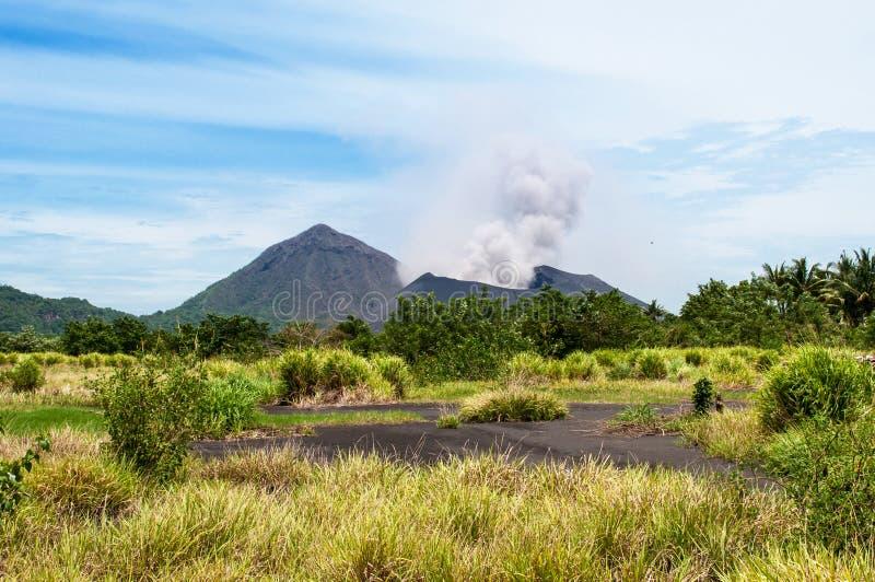 Tavurvur-Vulkan, Rabaul, Papua-Neu-Guinea lizenzfreie stockfotografie