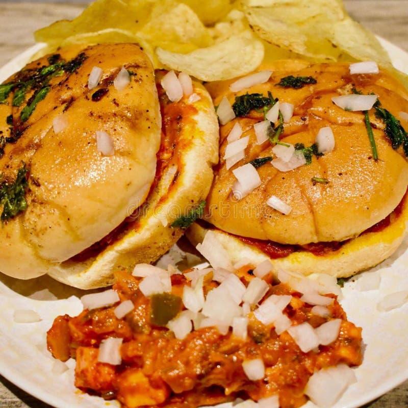 Tawa burgerA蕃茄根据混杂的菜通过被混合的咖喱用乳酪和panner,在面包片的传播上 库存照片