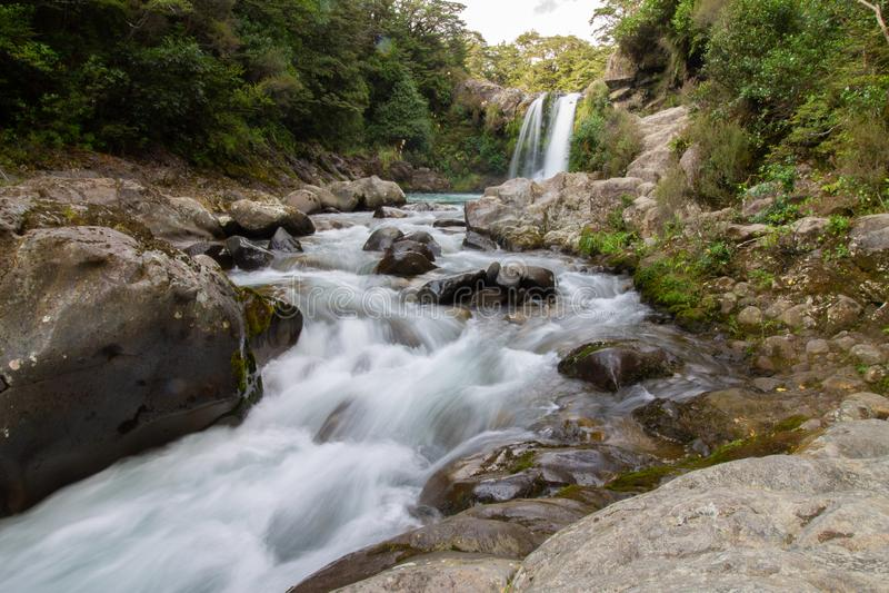 Tawhai faller vattenfallet som är bekant som den Gollums pölen arkivfoto