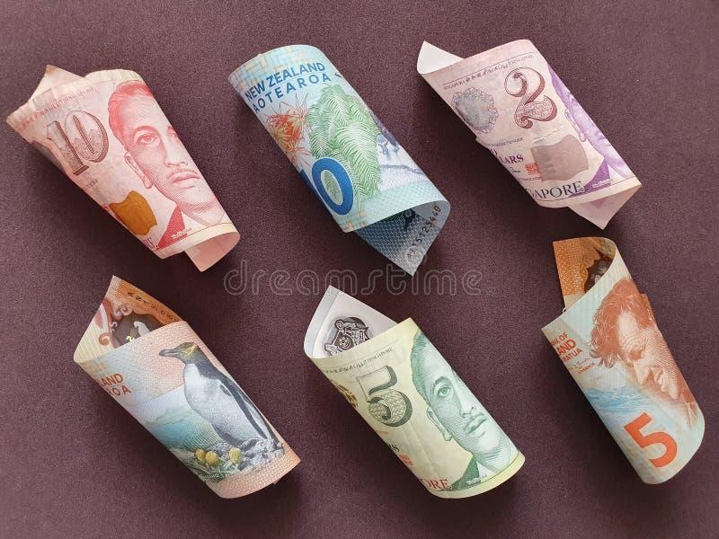 taxa de câmbio do dinheiro de Singapura e da Nova Zelândia imagens de stock