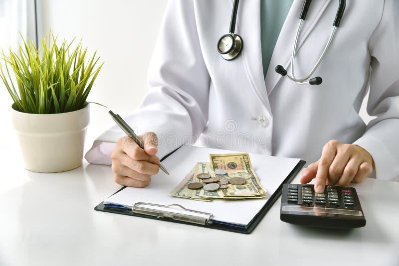 Taxa médica, seguro de saúde, doutor que escreve a nota da medicamentação e para calcular as cargas do exame no hospital imagens de stock