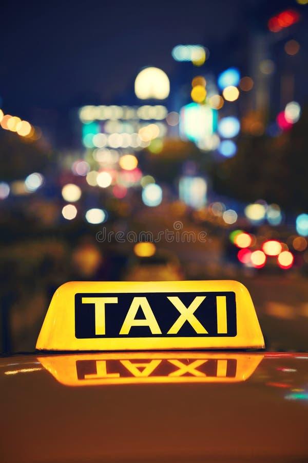 Taxa på natten arkivbilder