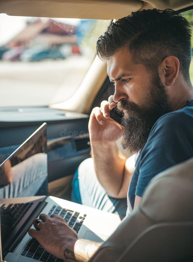 taxa Trafikstockning på vägen Tid din bilmatningsbensinstation Brutal caucasian hipster med mustaschen Mogen hipster med skägget  fotografering för bildbyråer