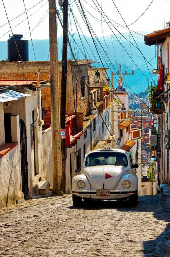 Taxco,墨西哥建筑学和出租汽车  免版税库存图片