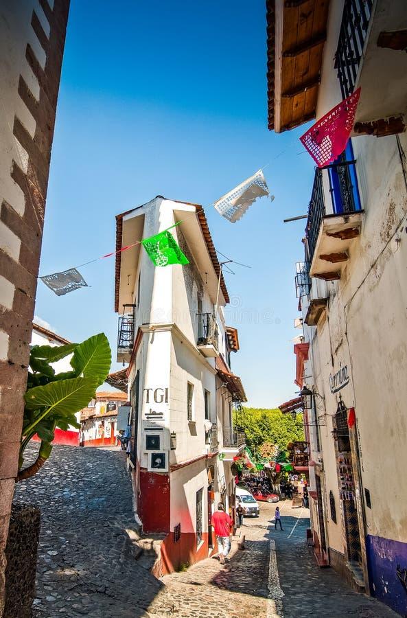 Taxco, Мексика - 9-ое ноября 2010 Крошечная улица с крошечным домом в известном мексиканском touristic городе стоковое изображение