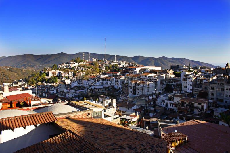 Taxco, une ville de flanc de coteau sous le bleu image libre de droits