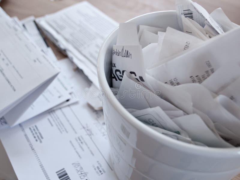 Taxe originais e os recibos espalham em uma tabela imagem de stock