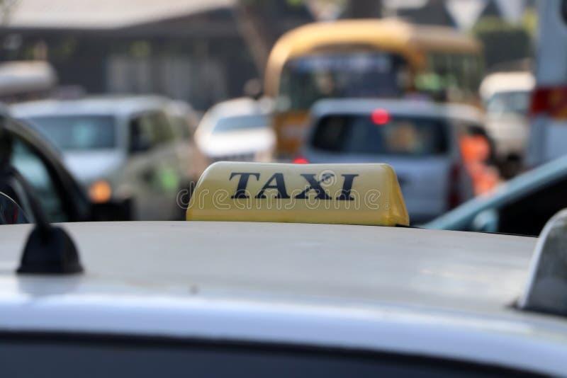 Taxi światła taksówka lub znak podpisujemy wewnątrz żółtego kolor z czarnym tekstem na samochodowym dachu przy ulicą zdjęcie stock