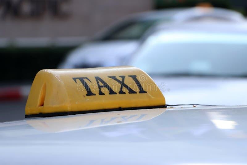 Taxi światła taksówka lub znak podpisujemy wewnątrz żółtego kolor z czarnym tekstem na samochodowym dachu przy ulicą obraz royalty free