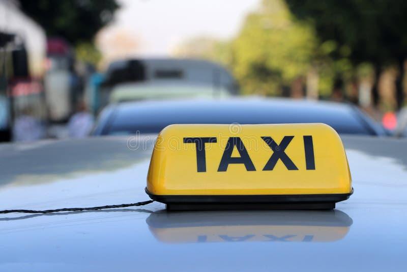 Taxi światła taksówka lub znak podpisujemy wewnątrz żółtego kolor z czarnym tekstem na samochodowym dachu obrazy stock