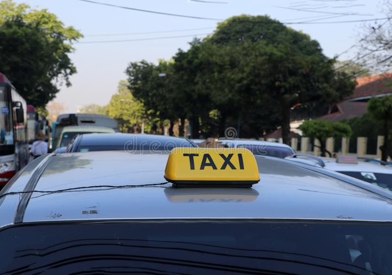 Taxi światła taksówka lub znak podpisujemy wewnątrz żółtego kolor z czarnym tekstem na samochodowym dachu fotografia royalty free