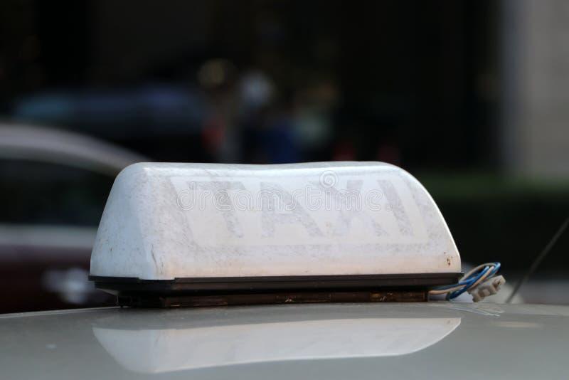 Taxi światła taksówka lub znak podpisujemy wewnątrz brązowawego białego kolor na samochodowym dachu przy ulicą obrazy stock