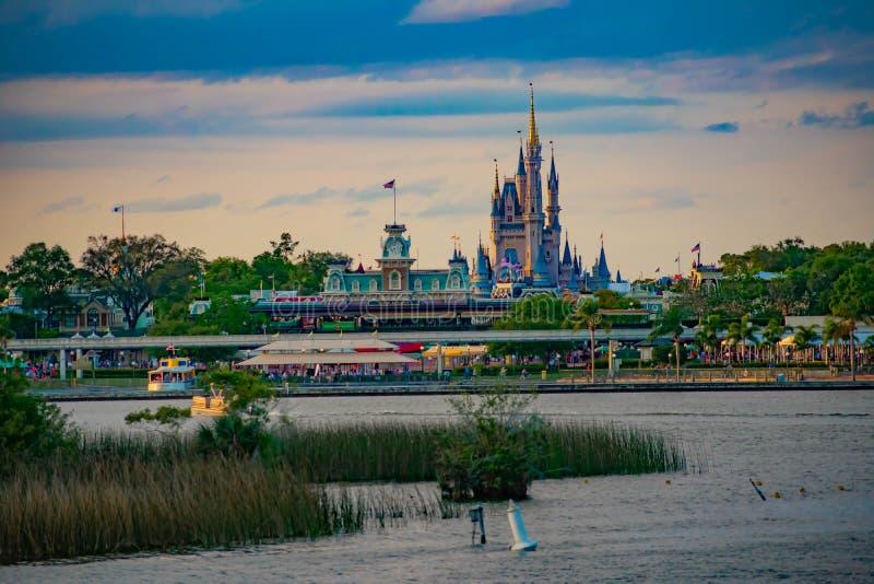Taxi łódź i panoramiczny widok Kopciuszek kasztel i rocznika dworzec przy Magicznym królestwem w Walt Disney World fotografia stock