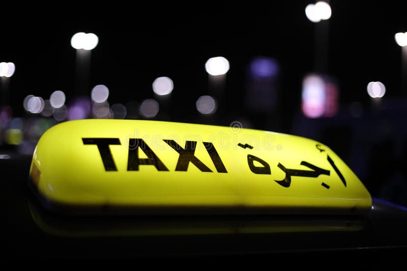 Taxi in Abu Dhabi bij nacht royalty-vrije stock afbeeldingen