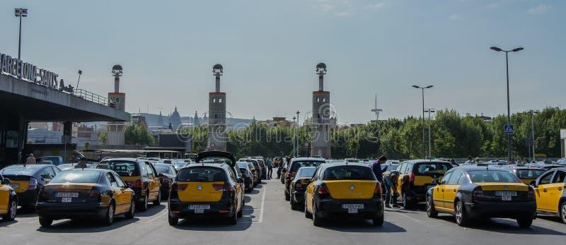 Taxi amarillo en el estacionamiento del camino foto de archivo