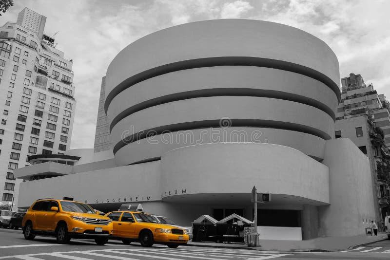 Taxi amarillo en el fondo del Guggenheim en Nueva York foto de archivo