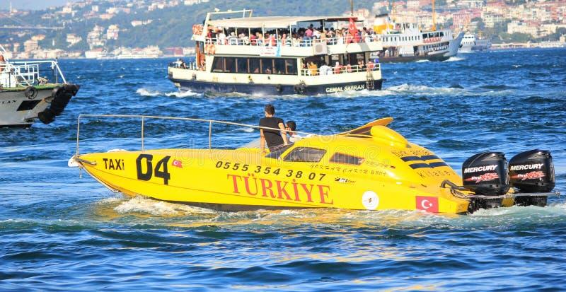 Taxi amarillo en el mar de Mármara en Estambul Turquía foto de archivo libre de regalías