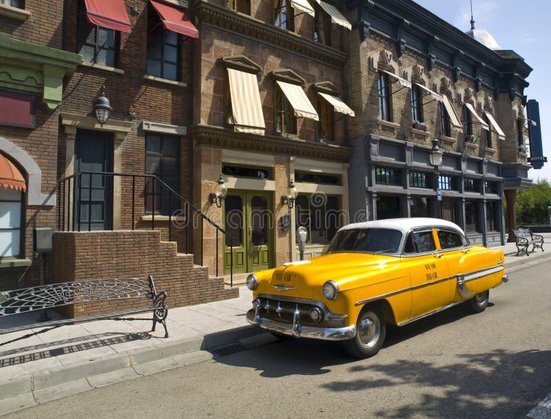 Taxi americano viejo en una ciudad vieja foto de archivo