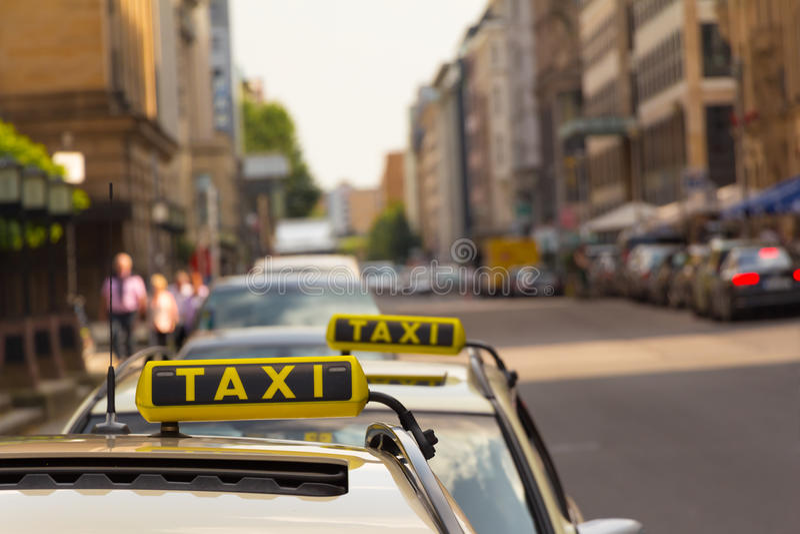 Taxi attendant devant un autre photographie stock