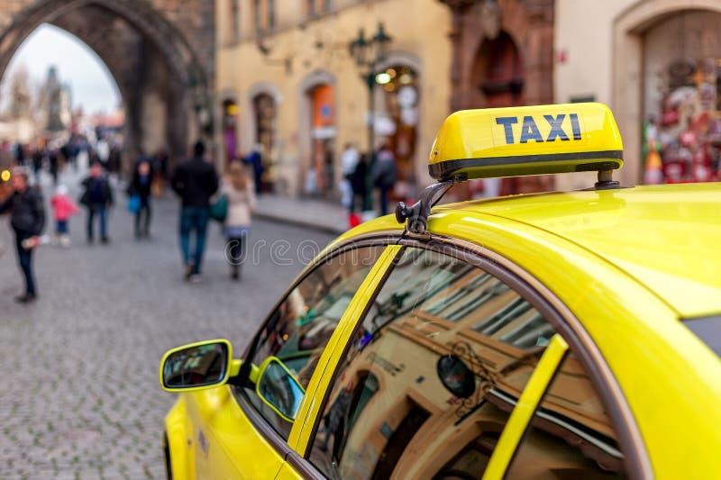 Taxi auf der Straße von Prag stockbilder