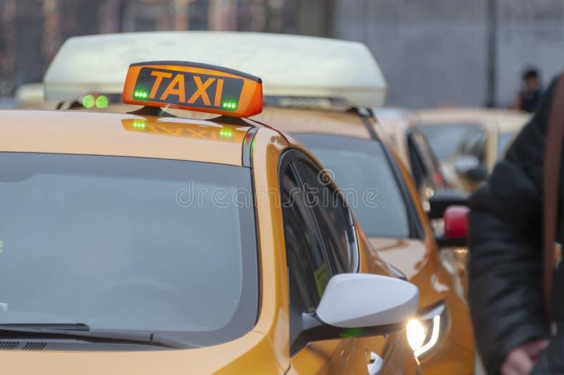 Taxi-auto's op straat van de stad op de dag stock fotografie