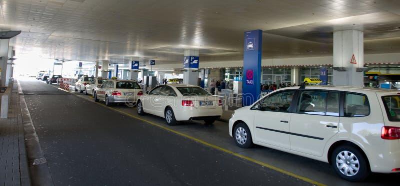 Taxi bianchi all'aeroporto di Francoforte fotografia stock