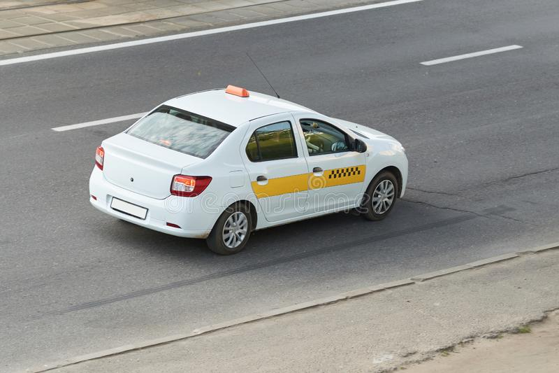 Taxi, blanco con la raya amarilla, vista posterior fotos de archivo