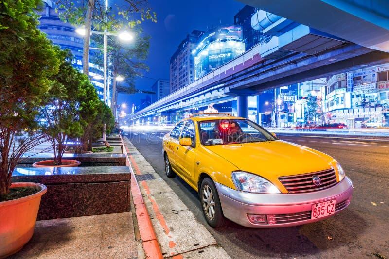 Taxi che aspetta alla notte in Taipei fotografia stock libera da diritti