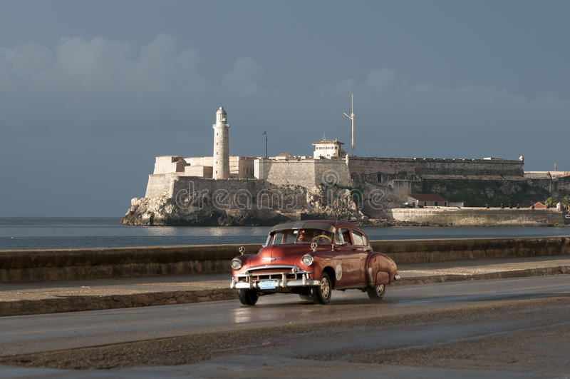 Taxi cubano en el Malecon Havana Cuba fotos de archivo