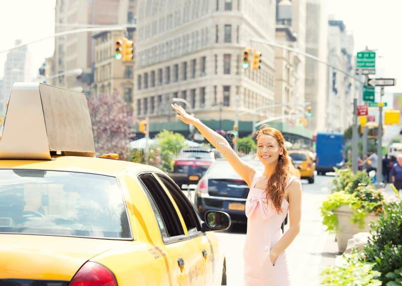 Taxi de granizada de la mujer feliz en Manhattan New York City fotografía de archivo libre de regalías