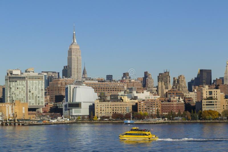 Taxi de l'eau de port de gratte-ciel de New York City photo libre de droits