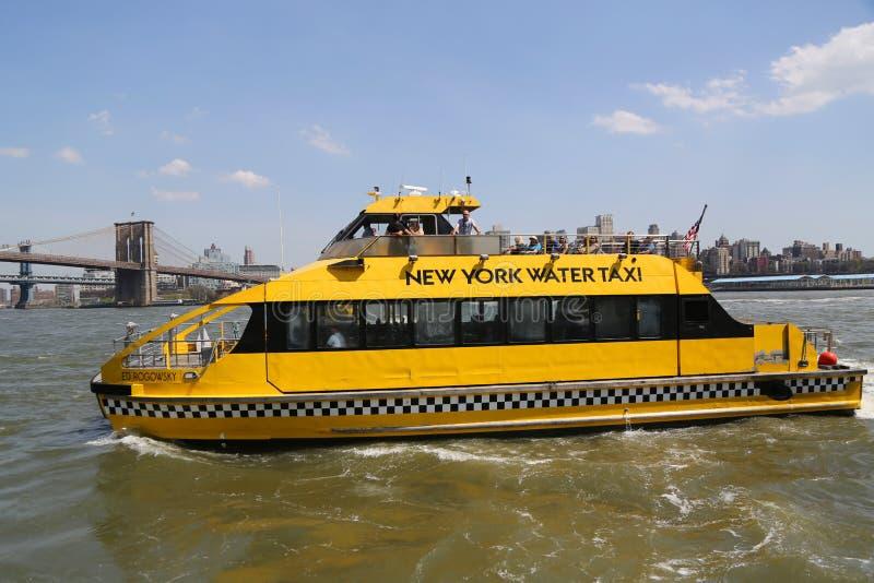 Taxi de l'eau de New York City dans l'East River photo stock