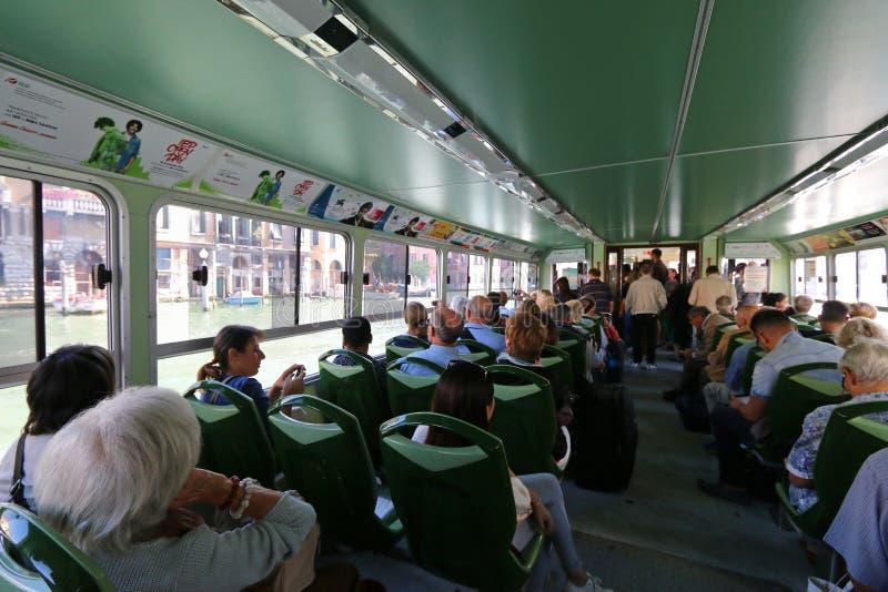 Taxi De L\'eau Ou Autobus Public De L\'eau (Vaporetto) à Venise ...