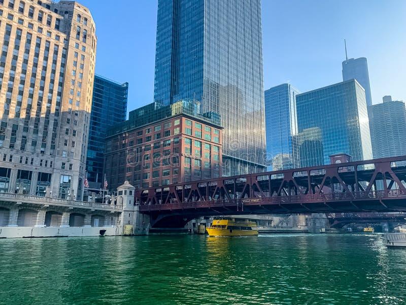 Taxi de l'eau sous le pont en rue de Wells sur une rivière Chicago vert teint pour célébrer le jour de St Patrick photographie stock libre de droits