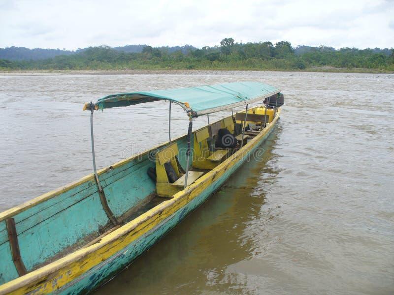 Taxi de la canoa en el río en selva foto de archivo