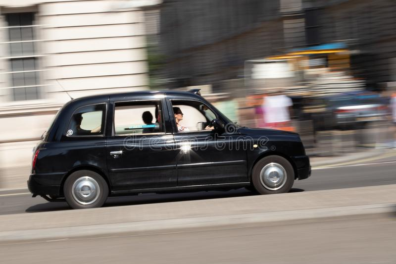 Taxi de Londres en el camino fotografía de archivo libre de regalías