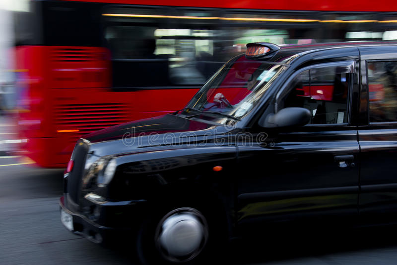 Taxi de Londres y autobús rojo fotos de archivo