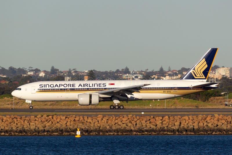 Taxi de los aviones de Singapore Airlines Boeing 777 después de aterrizar en Sydney Airport imagenes de archivo