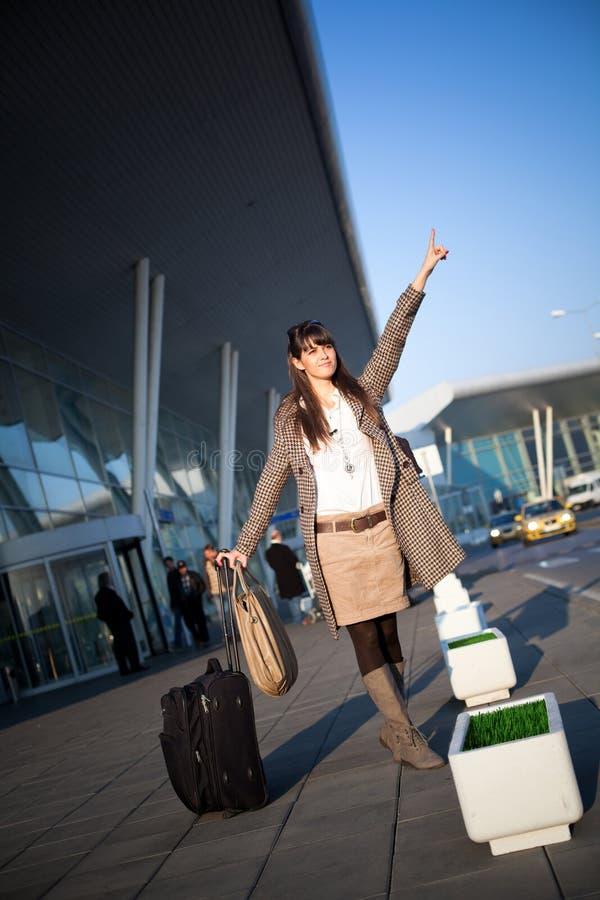 Taxi de prise de femme d'affaires à l'aéroport images stock
