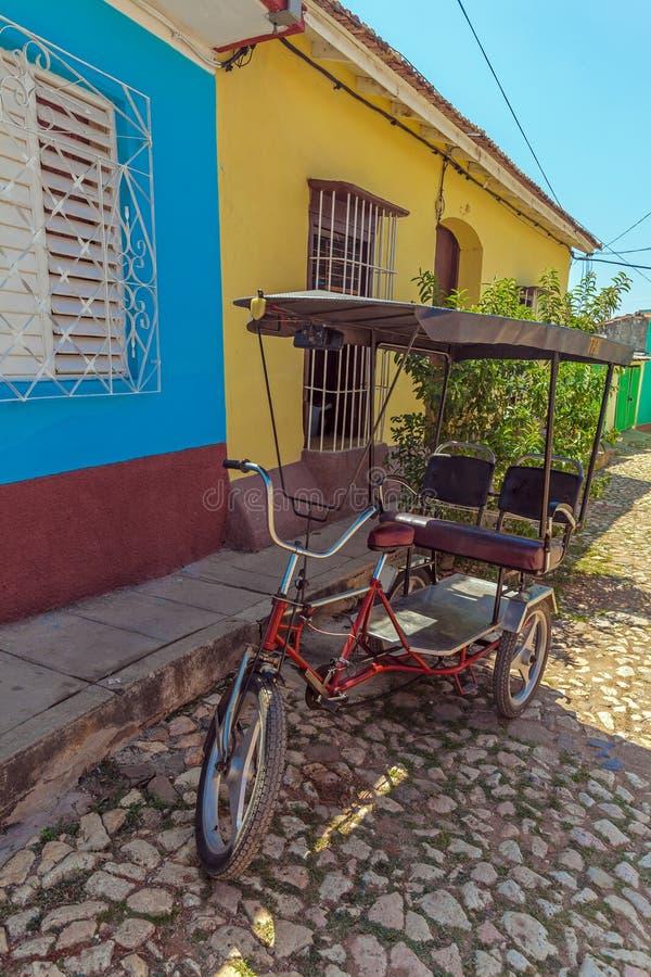 Taxi de recyclage près des Chambres dans la vieille ville, Trinidad images libres de droits